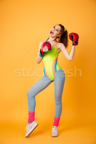 Vrolijk jonge vrouw atleet gouden medaille bokshandschoenen Stockfoto © deandrobot