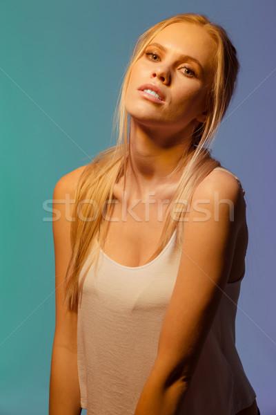Ongebruikelijk portret jonge vrouw poseren studio naar Stockfoto © deandrobot