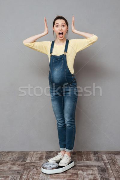 Stock fotó: Gyönyörű · meglepődött · terhes · hölgy · áll · mérleg