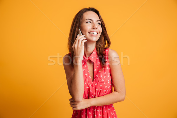 Szczęśliwy śmiechem brunetka kobieta sukienka mówić Zdjęcia stock © deandrobot