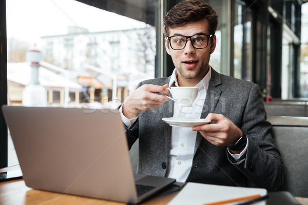 Stockfoto: Verwonderd · zakenman · bril · vergadering · tabel · cafe