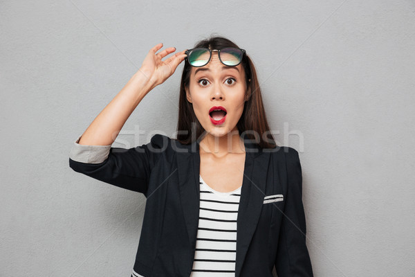 Conmocionado Asia mujer de negocios mirando Foto stock © deandrobot