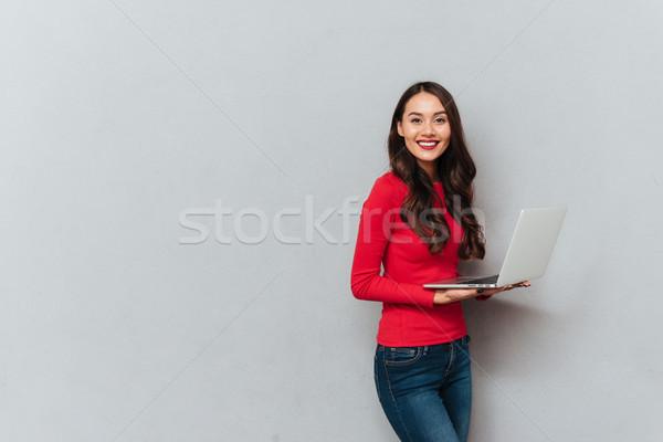Yandan görünüş esmer kadın kırmızı bluz Stok fotoğraf © deandrobot