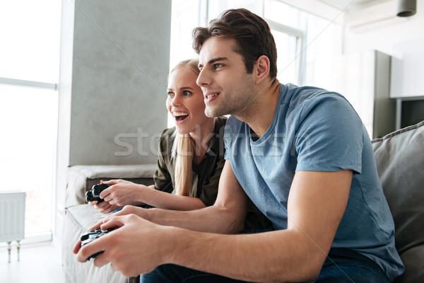 Centrado dama hombre jugando videojuegos casa Foto stock © deandrobot