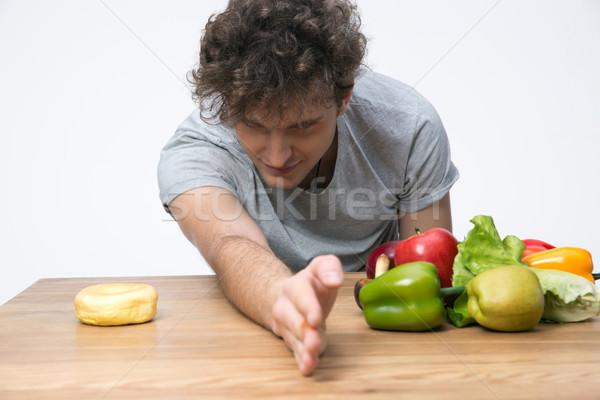 Fiatalember választ egészséges zöldségek étel egészségtelen Stock fotó © deandrobot
