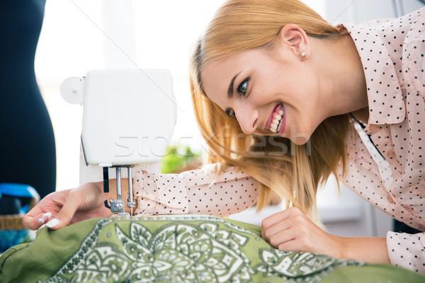 Projektant pracy maszyny do szycia szczęśliwy kobiet działalności Zdjęcia stock © deandrobot