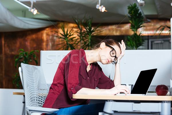 üzletasszony dolgozik laptop fejfájás iroda lehangolt Stock fotó © deandrobot