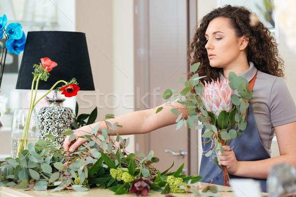 Konzentrierter Frau Blumengeschäft Bouquet frischen Stock foto © deandrobot