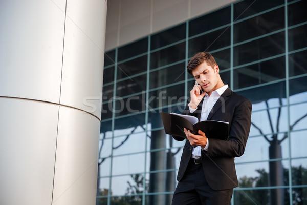 Imprenditore suit cartelle parlando telefono Foto d'archivio © deandrobot