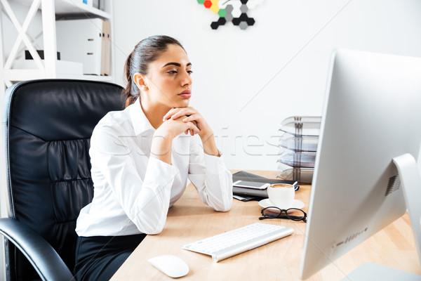концентрированный Smart деловая женщина глядя экране компьютера сидят Сток-фото © deandrobot
