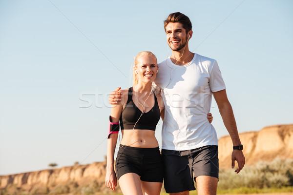 Fiatal pér elvesz törik nő mosoly fű Stock fotó © deandrobot