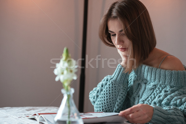 Zagęszczony młodych pani posiedzenia Kafejka czytania Zdjęcia stock © deandrobot
