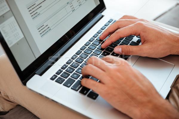Afbeelding jonge man werken laptop jonge handen Stockfoto © deandrobot