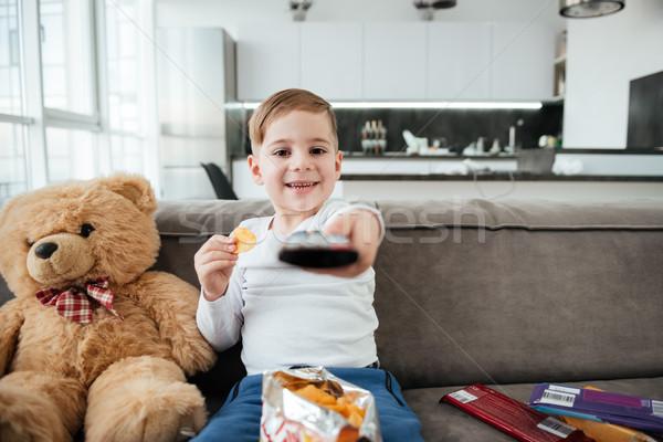 Cute garçon séance Nounours regarder tv Photo stock © deandrobot