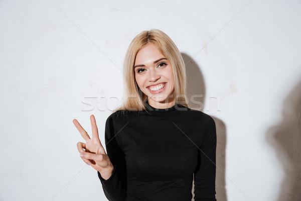 Sorridente feliz mulher paz assinar Foto stock © deandrobot