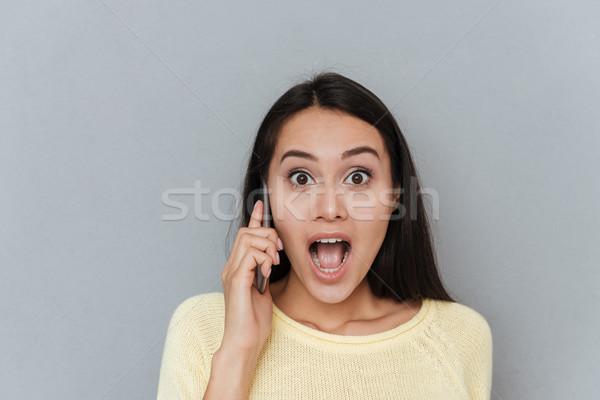 Femme chandail parler téléphone regarder Photo stock © deandrobot