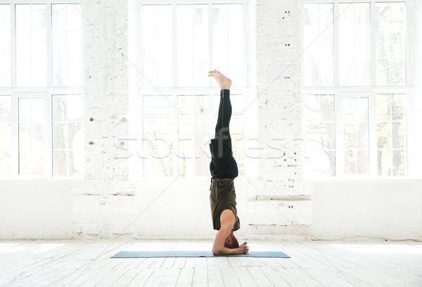Człowiek zaawansowany jogi widok z boku Zdjęcia stock © deandrobot