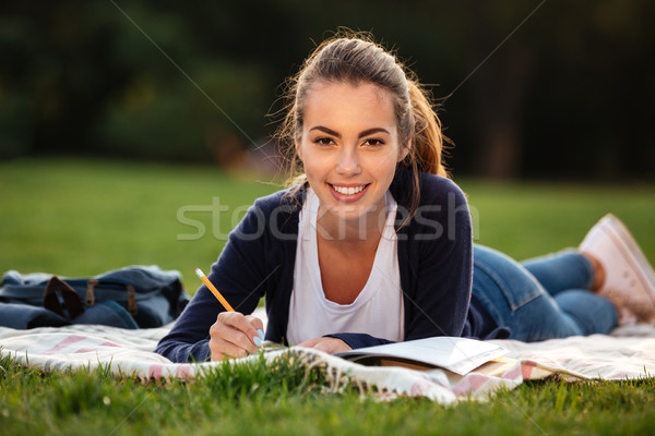 Portret szczęśliwy student dziewczyna praca domowa Zdjęcia stock © deandrobot