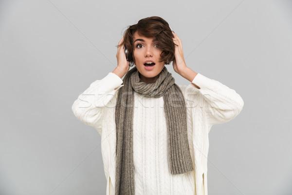 Retrato animado menina cachecol ouvir música jovem Foto stock © deandrobot