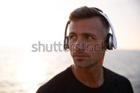 Porträt freudige bärtigen Mann tragen Sonnenbrillen Stock foto © deandrobot