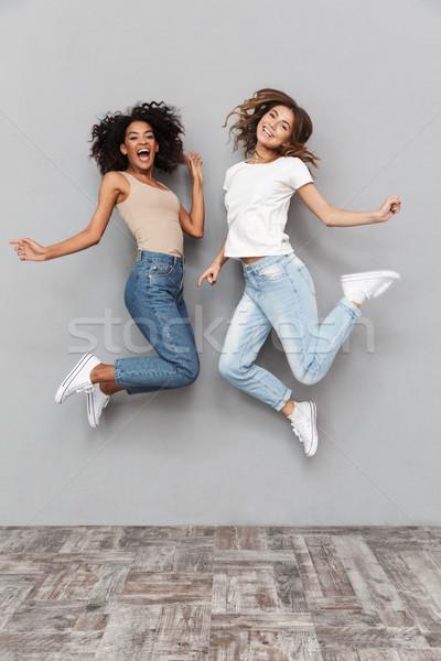 Stock fotó: Teljes · alakos · portré · kettő · boldog · fiatal · nők · ugrik