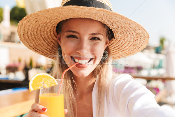 Elragadtatott fiatal lány nyár kalap fürdőruha pihen Stock fotó © deandrobot
