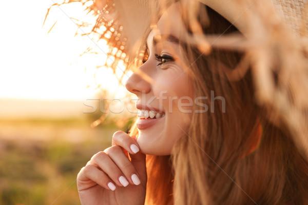 Gelukkig jong meisje strohoed permanente voorjaar Stockfoto © deandrobot