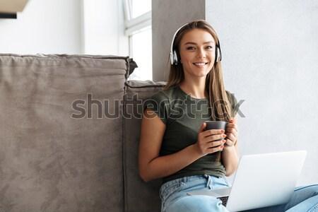 Felice donna seduta letto telecomando tecnologia Foto d'archivio © deandrobot