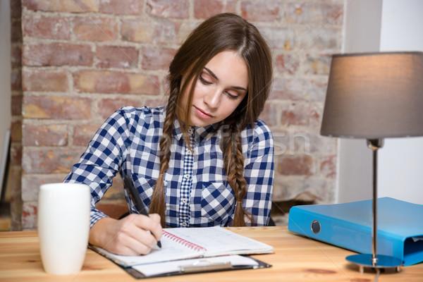 Vrouw huiswerk home portret jonge vrouw meisje Stockfoto © deandrobot