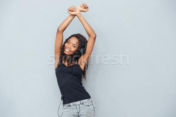 Afro amerikaanse vrouw luisteren muziek hoofdtelefoon Stockfoto © deandrobot