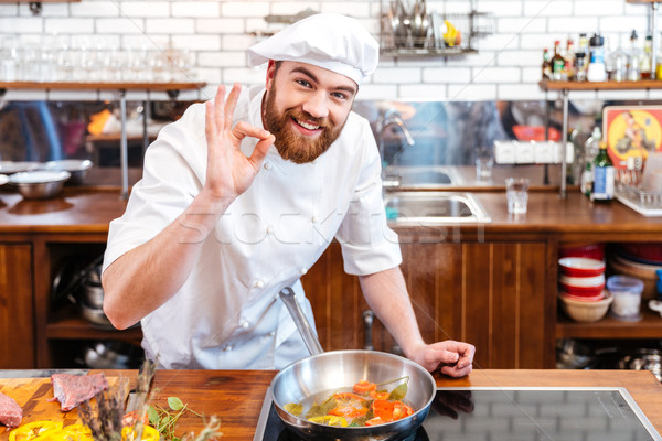 Glimlachend chef kok tonen Stockfoto © deandrobot