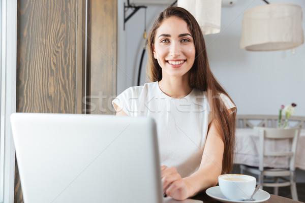 ストックフォト: かなり · 笑みを浮かべて · ビジネス女性 · ラップトップを使用して · レストラン · 小さな