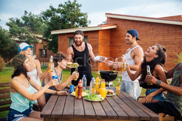 Szczęśliwy młodych ludzi śmiechem grill strony Zdjęcia stock © deandrobot