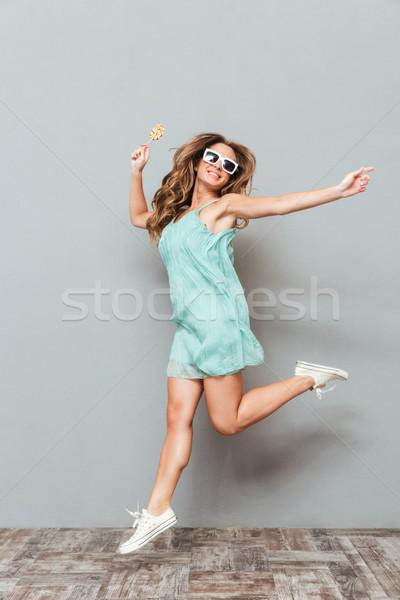 Stock fotó: Teljes · alakos · derűs · gyönyörű · fiatal · nő · napszemüveg · ugrik