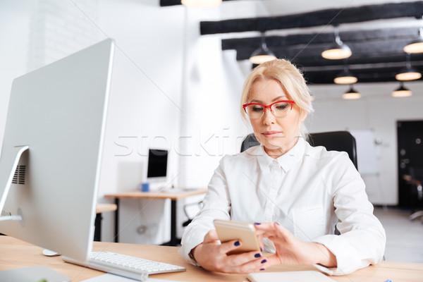 Güzel olgun kadın ofis bilgisayar telefon Stok fotoğraf © deandrobot