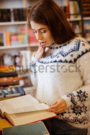 Gelukkig glimlachend vrouwelijke student boekenplank Stockfoto © deandrobot