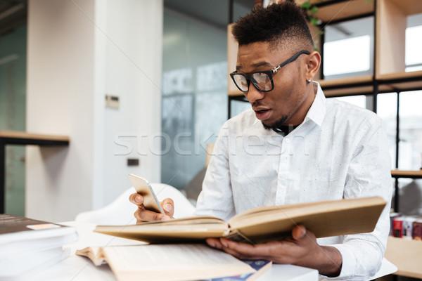 Confuso africano estudante biblioteca aprendizagem educação Foto stock © deandrobot