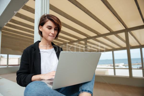 Vrouw vergadering met behulp van laptop terras strand mooie Stockfoto © deandrobot