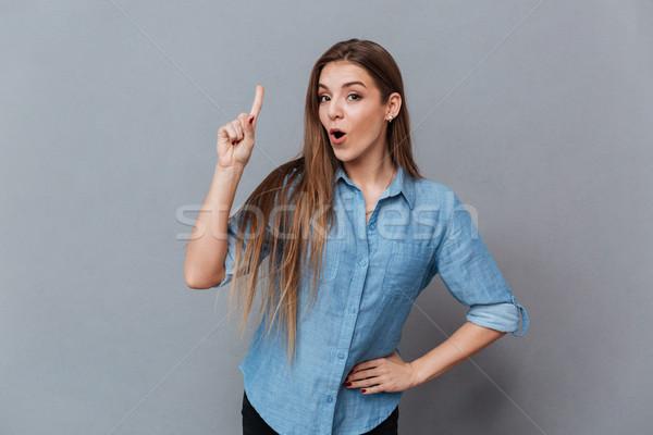 Vrouw shirt tonen aandacht teken arm Stockfoto © deandrobot