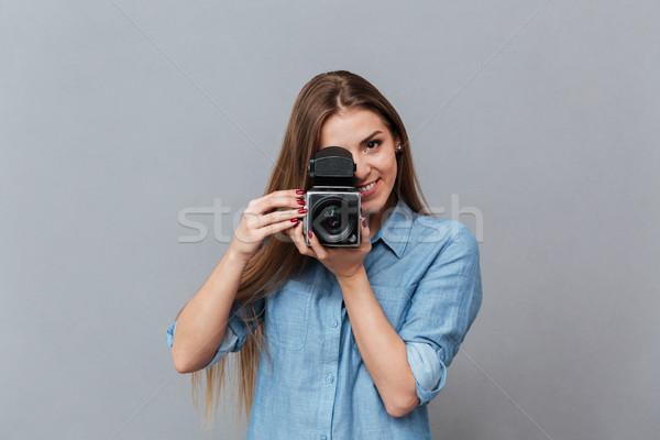 Femme shirt rétro caméra vidéo femme souriante studio Photo stock © deandrobot