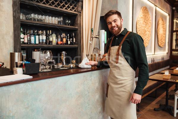 Gelukkig jonge bebaarde man barman permanente Stockfoto © deandrobot