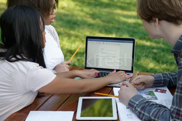 Concentrado grupo jóvenes estudiantes imagen Foto stock © deandrobot