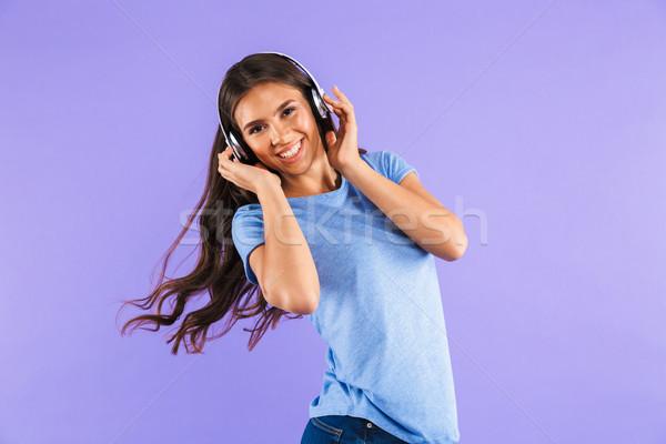 Portret gelukkig jong meisje geïsoleerd violet luisteren naar muziek Stockfoto © deandrobot