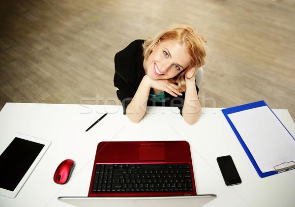 Genç mutlu kadın oturma çalışmak yer Stok fotoğraf © deandrobot