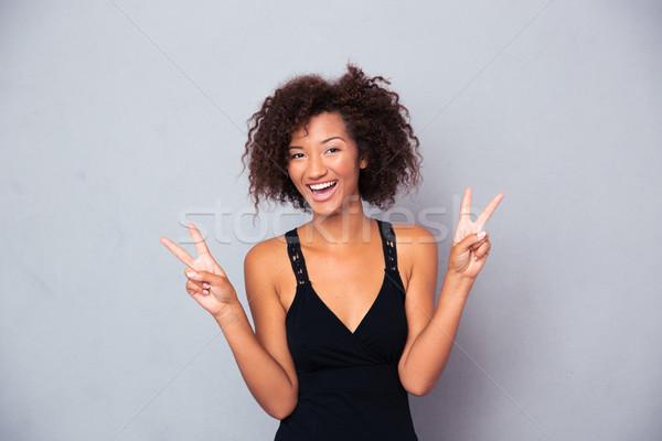 Szczęśliwy Afryki kobieta zwycięstwo palce Zdjęcia stock © deandrobot