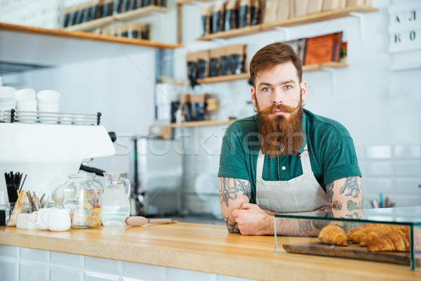 Portret bebaarde mannelijke barista permanente coffeeshop Stockfoto © deandrobot