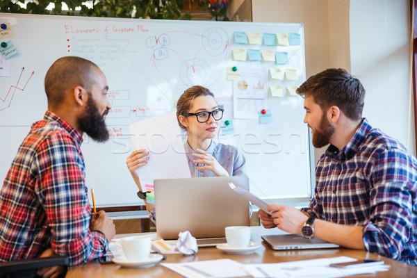Gente de negocios presentación junto grupo jóvenes sesión Foto stock © deandrobot