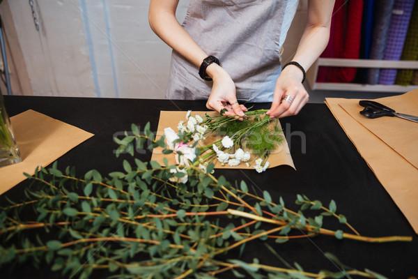 Mani fiorista bouquet fiori bianchi Foto d'archivio © deandrobot