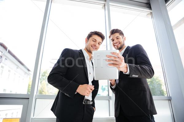 Zwei heiter jungen Geschäftsleute Tablet Büro Stock foto © deandrobot