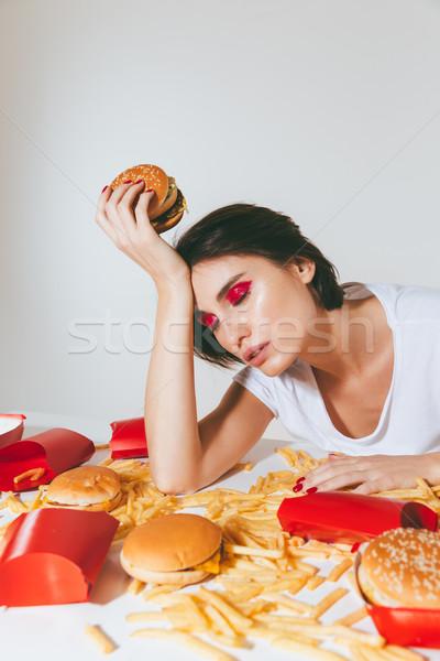 Kimerült álmos nő ül asztal gyorsételek Stock fotó © deandrobot